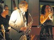 Jazzclub-Atmosphäre brachten die Sängerin Alexandrina Simeon (rechts) und ihr Quintett nach Adelsried. Foto: Frank Gellert